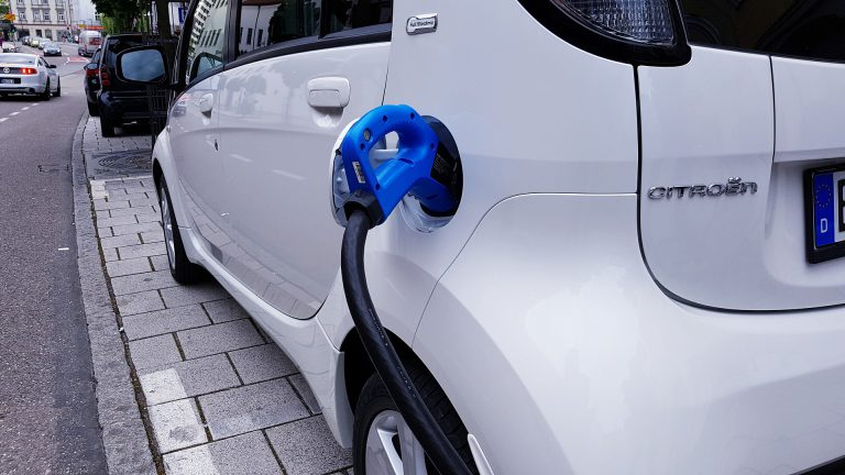 Carro elétrico estacionado enquanto recarga